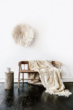 The Juju hat, which can be transformed into an impressive wall hanging, has become very popular over the years in the world of interior decoration and are often used as an eye-catching accessory for the home. Style At Home, Juju Hat, Sweet Home, Living Spaces, Living Room, Interiores Design, Rustic Decor, Rustic Bench, Home Accessories