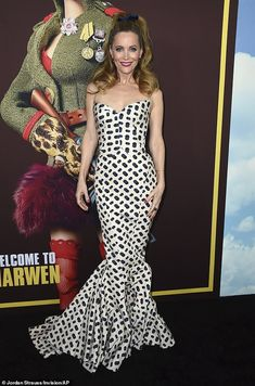 Wow: Leslie Mann, poured her curves into a strapless black and white patterned gown with a sweetheart neckline and fishtail skirt and wore her hair cascading around her shoulders Sheer Dress, Strapless Dress Formal, Leslie Mann, Fishtail Skirt, Style Finder, Gown Pattern, Diane Kruger, Dressed To Kill, Looking Gorgeous