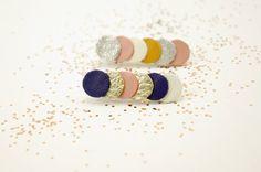 2 Broches confettis en cuir bleu, or, rose, blanc, moutarde et argent { bijou femme géométrique graphique poétique moderne }