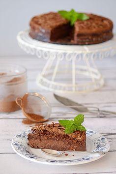 To obłędne ciasto czekoladowe. Po upieczeniu konsystencją przypomina gęsty budyń czekoladowy z biszkoptową skórką.