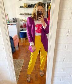 Se inspire no look da Isa com a nossa calça Florença. Calça mostarda com t-shirt estampada e blazer roxo. Amamos a combinação de amarelo e roxo, e as ideias de look da @santosisabela #calça #amarela #ateliedecalas #mulheresatelie Look Blazer, Colourful Outfits, Ideias Fashion, Capri Pants, Street Style, Sweaters, Dresses, Colored Pants, Complimentary Colors