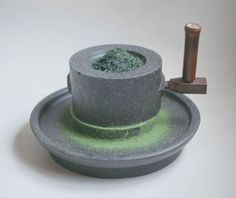 Tea production: Grinding tea in a tea mortar to make matcha. Uji Matcha, Japanese Tea Ceremony, Green Tea Powder, Chinese Tea, Matcha Green Tea, Mortar And Pestle, My Tea, Traditional Kitchen, Drinking Tea