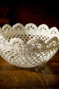 Crochet a lace bowl. Free tutorial with pictures on how to make a lace bowl in 3 steps by crocheting with crochet hook, yarn needle, and cotton yarn. How To posted by Linda Permann. Crochet Diy, Crochet Bowl, Crochet Basket Pattern, Crochet Gratis, Crochet Home Decor, Crochet Motifs, Thread Crochet, Love Crochet, Crochet Doilies