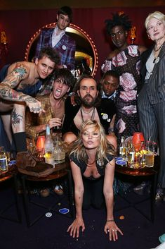 Vivienne, Andreas, Kate Moss & the UNISEX rebel gang at the Vivienne Westwood & Another Man Psychedelic Unisex party. Jamie Hince, Minions, Party Fotos, Die Queen, Kate Moss Style, The Vivienne, Cocktails, Man Party, 90s Fashion