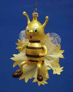 Entirely handcrafted in Italy, this smiling honeybee is mouth blown using old world glass working techniques. An Italian glass bumble bee ornament is a unique keepsake that you won't find in stores!