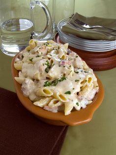 Quer fazer um almoço gostoso, fácil e em pouco tempo? Aprenda essa receita de macarrão na pressão com molho branco! Fica pronta em apenas 15 minutos!