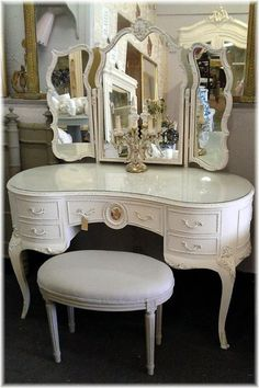 Christmas Hairstyles For Women Vintage Bedroom Furniture, Classic Furniture, Furniture Decor, Furniture Design, Old Hollywood Bedroom, Hollywood Furniture, Vanity Table Vintage, Vintage Dressing Tables, Shabby Bedroom