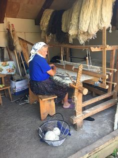 Romania People, Beautiful Places In The World, Loom Weaving, Eastern Europe, Childhood Memories, Places To Go, Culture, Rustic, Costumes