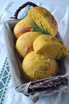 Panini soffici alla buccia di zucca e rosmarino  dal blog: Colazioni a letto  http://colazionialetto.blogspot.it/2012/10/panini-soffici-alla-buccia-di-zucca-e.html