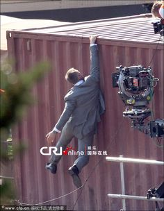 daniel craig james bond hanging from train stunt in skyfall movie 2012 James Bond Style, New James Bond, Daniel Craig James Bond, Rachel Weisz, Logan Lucky, The Golden Compass, Stunt Doubles, Bond Cars, Body Picture