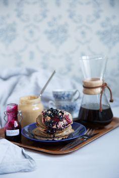 Banana pancakes with peanut butter and blueberry syrup. Bananpannkakor med jordnötssmör och blåbärssirap. Det blir bara pannkaka.