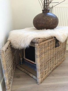 Cat Care Kittens Idea for cat litter box no info in link but good pic to think about - Hiding Cat Litter Box, Diy Litter Box, Hidden Litter Boxes, Cat Litter Tray, Bengal Cat Personality, Bb Chat, Cat Toilet, Cat Hacks, Pet Beds