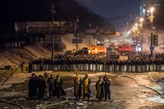 Priests are trying to prevent the fight between protesters and police. fot. Ilya Varlamov