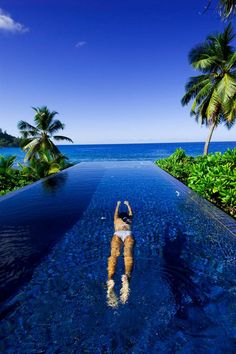 This is a great infinity pool looking over the ocean