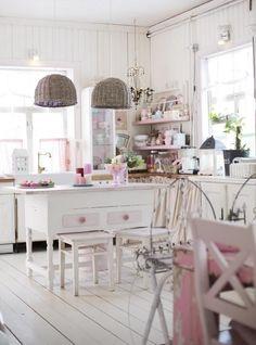 Romanttinen keittiö vanhassa hirsitalossa   Unelmien Talo&Koti