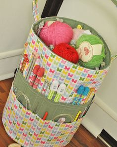 great knitting bag, has pockets inside as well. i think I could do this.