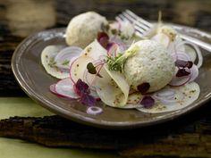 Pikante Quarkknödel - auf Kohlrabi-Radieschen-Salat - smarter - Kalorien: 257 Kcal - Zeit: 1 Std.  | eatsmarter.de Diese Quarknödel sehen nicht nur lecker aus, sie schmecken – egal ob als Vorspeise oder Hauptgericht – sensationell.