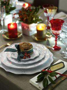 A Natale con la tua cucina #Vismap che colore sceglierai per apparecchiare la tavola? UN TOCCO DI VERDE?  Decora la tavola con un'impronta allegra grazie a un agrifoglio e qualche rametto sempreverde da chiudere con un nastrino di raso rosso. Puoi lasciare piccoli vasetti disposti lungo il tavolo e un mazzetto sul tovagliolo. Il panettone mignon? Un buffo segnaposto che gli invitati potranno portare a casa o assaggiare insieme.