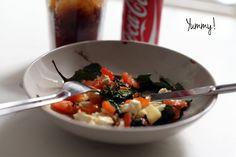 Mezclar unas hojas de espinacas frescas, unos daditos de tomate y unas rodajas de queso de cabra (sal y aceitito) y al horno a 180º durante unos 10 minutos. ¡Deliciosa!