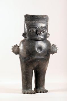 Huaco Inca Escultura antropomorfa femenina, parada y con los brazos hacia los lados y las manos abiertas. Presenta en relieve rasgos faciales (ojos, boca, nariz y orejas), tocado con diseños de geométricos.