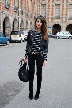 Jeanne Damas, blusa listrada, calça preta, bota, jaqueta de couro