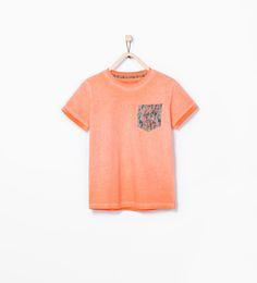 Imagen 1 de Camiseta bolsillo estampado de Zara