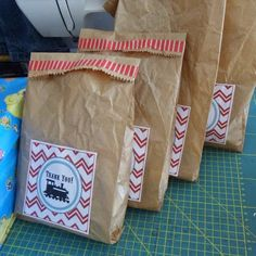 Wiederverwendete Papiertüten als befüllte Mitgabe für Geburtstagsgäste / Re-used paper bags as giveaways for birthday guests / Upcycling