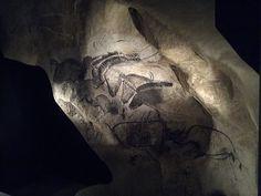 Pannello dei cavalli e dei cervidi - 36000 anni fa - tizzoni su parete rocciosa - Grotta di Chauvet, Francia. Gli artisti del paleolitico dipingevano spesso in profondi cunicoli. Lavoravano alla luce di fiaccole e nei loro disegni sfruttavano le naturali sporgenze delle pareti per dare profondità all'immagine.     #MR Chauvet Cave, Stone Age Art, Wikimedia Commons, Artwork, France, Art, Work Of Art, Auguste Rodin Artwork, Artworks