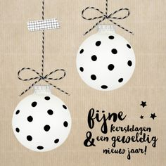 Leuke kerstkaart met witte kerstballen met zwarte stippen. Helemaal van nu met een achtergrond in kraftpapier stijl. Design: Dysyn Te vinden op: Van Pauline