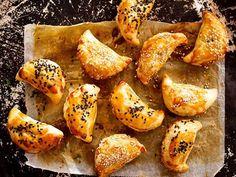 Slané silvestrovské pečení místo klasických chlebíčků -   Prostřeno.cz Empanadas, Pretzel Bites, Crepes, Prosciutto, Bread, Food, Club, Instagram, Food Food