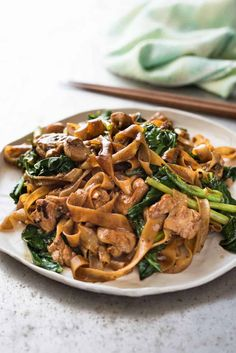 Noodles Recipes Pad See Ew – A real restaurant quality Thai Stir Fried Noodles recipe, it's easy… Soy Sauce Noodles, Fried Noodles Recipe, Stir Fry Noodles, Rice Noodles, Thai Noodles, Drunken Noodles, Asian Recipes, Healthy Recipes, Ethnic Recipes