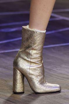 Tendances chaussures – Automne/Hiver 2016-2017 défilé automne hiver 2016-2017 tommy hilfiger, bottes métaliques, bottines mi-mollet dorée à talons,