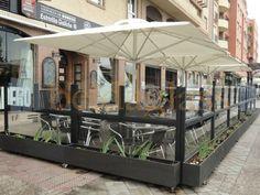Terraza de bar climatizada con mamparas paravientos y toldos