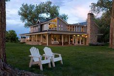 Sitzen nebeneinander im Adirondack Stühle am Abend und beobachten den Sonnenuntergang ist eine perfekte Kulisse für einen romantischen Abend.