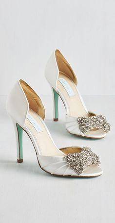 398b4847e jeweled satin sandals Sapatos De Noiva, Noivado, Casamento, Sapatos De  Salto Peep Toe