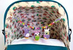 Både baby og mor bliver da i godt humør af sådan en flok farverige ugler, der pynter barnevognen. Vi har også samlet andre søde opskrifter med ugler, hvis du ikke kan få nok.