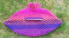Sunny Sewing: cape/poncho achterzijde met riem. Link naar patroon