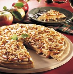 This recipe is always a hit! Sliced apples, caramel topping and crunchy peanuts top a giant sugar cookie in this classic Pampered Chef recipe for Taffy Apple Pizza.