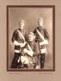 "Burschenschaftsstudenten, Berlin 1912Korps-Studenten der Technischen Hochschule (heute TU) ""in vollem Wichs"". Foto, 1912 (Marcel Schmitter)."