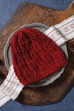 This hat is stunning! 😍 Worked in the round from the bottom up, the Hearthfire Cabled Beanie features both cables and mock cables. The slightly slouchy beanie is made with a wool and alpaca yarn to keep your loved ones' noggins warm this winter. Designed by Meghan Jones. Find the pattern here: Knitting Daily, Knitting Blogs, How To Start Knitting, How To Purl Knit, Knitting Socks, Baby Knitting, Knitting Tutorials, Knit Cardigan Pattern, Beanie Pattern
