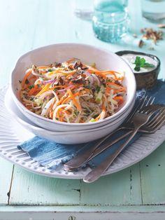 Dobrý salát nabízí různé barvy, různé konzistence a chutě. Díky zálivce z modrého sýra máte o slanou chuť a hebkou konzistenci postaráno. Japchae, Ethnic Recipes, Food, Essen, Meals, Yemek, Eten
