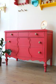 Love this pink dresser! - Decoration for House Chalk Paint Furniture, Furniture Projects, Furniture Makeover, Home Furniture, Furniture Design, Coral Dresser, Ideas Hogar, Furniture Inspiration, Retro
