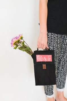 A fabric lunch bag is a great back to school gift idea for teachers. Especially when filled with fresh flowers. I used #plaidcrafts #MarthaStewartCrafts chalkboard paint to personalize it. #ad // cupcakesandcutlery.com New Martha Stewart Crafts® Chalkboard Paint Colors and Erasable Liquid Chalk in @MichaelsStores #plaidcrafts #marthastewart #marthastewartcrafts