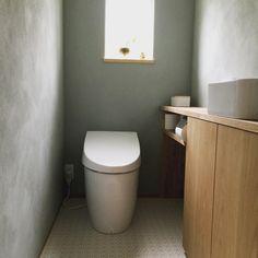 2015.7.5 ̟ ̟ トイレはどんな感じ?とお声を頂いたので、過去picにもありますが、トイレpicです。 ̟ 壁の色は私の独断で決定。よって私のお気に入りの空間です(笑) ̟ 床はお掃除のことを考えてビニールクロスにしてもらいました。そしてこの柄がお気に入り。 ̟ 収納は扉がある所は掃除用品など。トイレットペーパーのストックはオープンの棚に収納してます。この棚、トイレットペーパーがちょうど12ロール入るようになってるのは計算の上なのか偶然なのかは定かではありませんが… ̟ とにかく清潔第一、みんなが気持ち良く使えますように〜って思いながら、朝トイレ掃除してます。 ̟ お返事遅れてすみませんr(≧ω≦*)ゆっくりになるかもしれませんが、お返事させて頂きます。 ̟ ̟