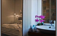 Per la più felice delle vite, lascia le tue sere aperte al caso...#room #life #evening #spring #flowers #dreams #enjoy #happiness #art #style #charme #elegance #beauty #luxuryroom #comfort #relax #design #interiordesign #voyager #traveller #travelgram #holidays #tourism #vacation #instatravelling #trip #beautifuldestination #valledeitempli #Agrigento #Sicilia www.isegretidellavalle.it