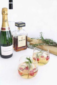 Aperitif: Weihnachtlicher Champagner-Marzipan-Drink mit Rosmarinsirup und Himbeeren plus ein ganzes Veggie-Weihnachtsmenü!
