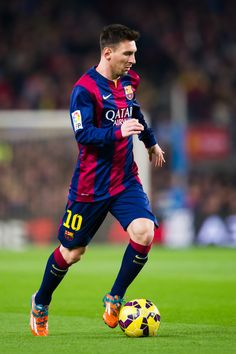 Lionel Messi of FC Barcelona runs with the ball during the La Liga match between FC Barcelona and Club Atletico de Madrid at Camp Nou on January 11, 2015 in Barcelona, Catalonia.