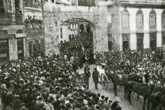 Foto del cruce de la Calle Gamboa con Carral donde vemos el traslado de los restos mortales de Cachamuíña al cementerio de Pereiró el 9 de agosto de 1932.