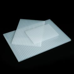 POLICARBONATO CELULAR HIELO - La translucidez de este plástico semirrígido lo hace un material perfecto para trabajar en aplicaciones en las que interviene la luz natural o artificial: techos, mamparas divisorias, claraboyas, ...