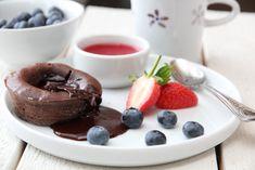 Sjokoladefondant - gleder meg til å prøve denne i dag! Strawberry Sauce, Strawberry Desserts, Chocolate Treats, Chocolate Coffee, Lunch Menu, Pavlova, How Sweet Eats, Nom Nom, Cake Recipes